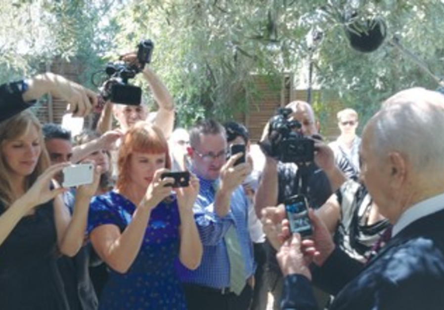 PERES speaks with visiting photographers