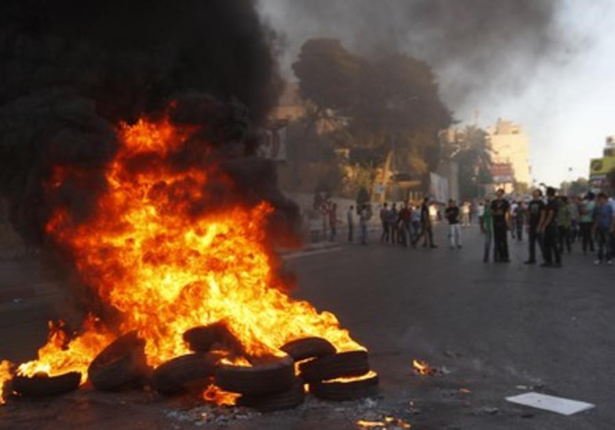 Palestinians burn tires in Nablus economic protest