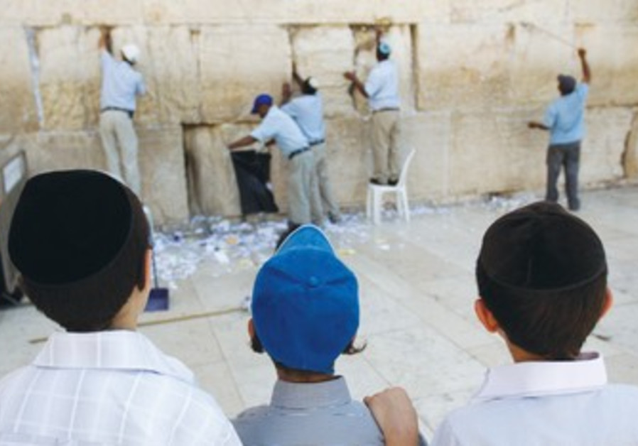 Boys watch note removal from kotel.