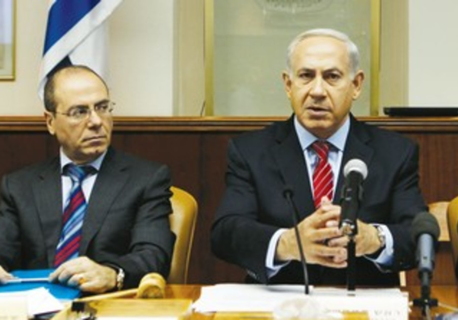Silvan Shalom and Netanyahu at cabinet meeting
