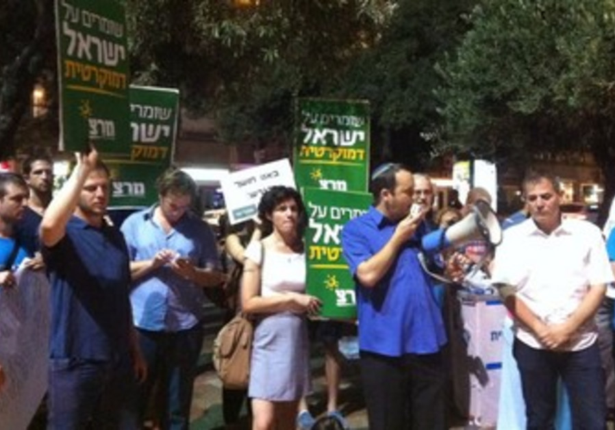 Meretz protests early end of Daylight Savings.