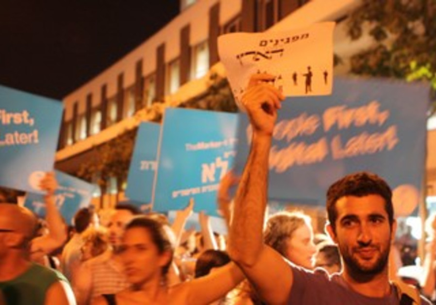 'Haaretz' employees protest impending layoffs