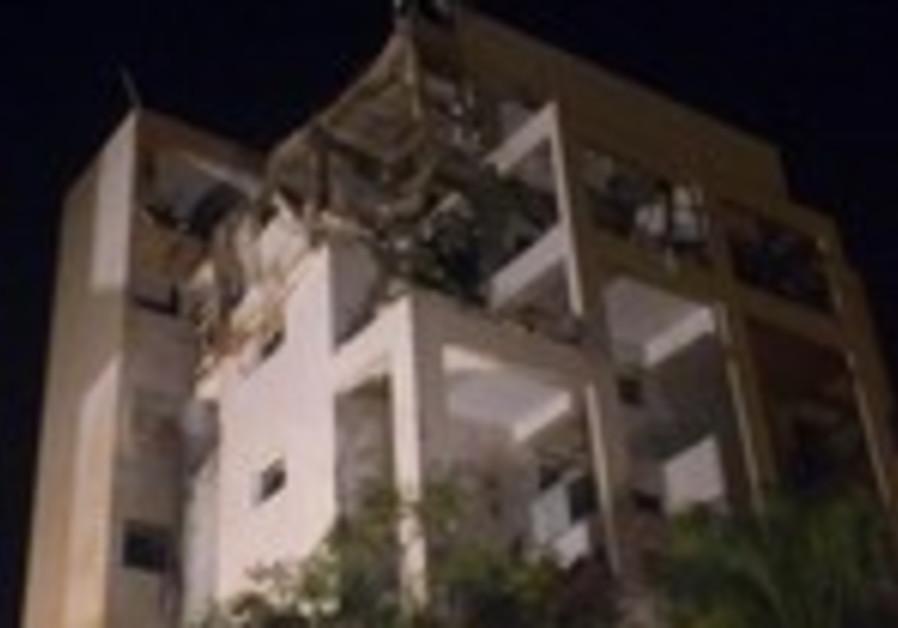 Building hit by rocket in Rishon Letzion