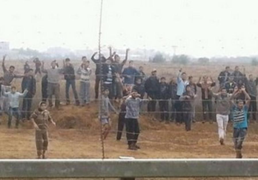 Gazans at border fence [file]