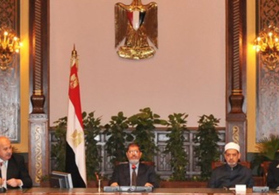Morsi attends meeting with Mekky at presidential p