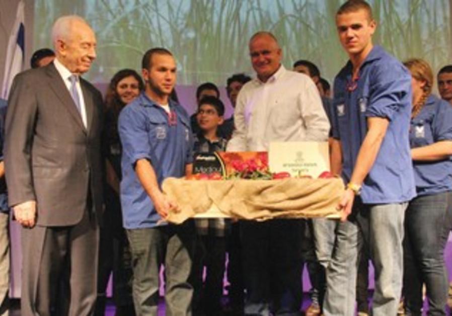 Peres with Moshav Movement youth