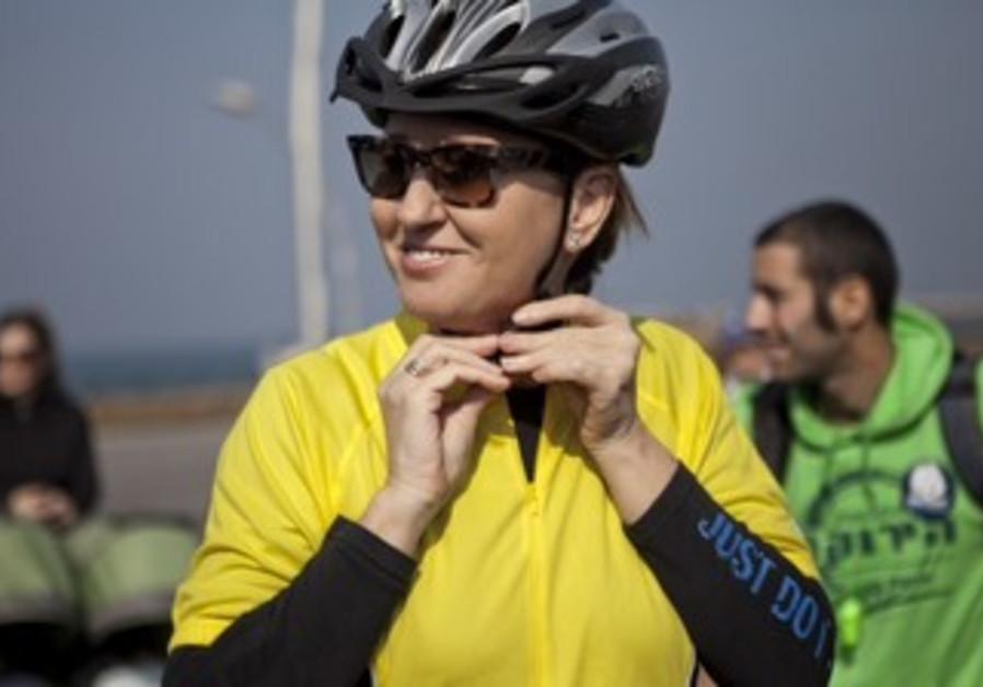Tzipi Livni bikes with environmentalists