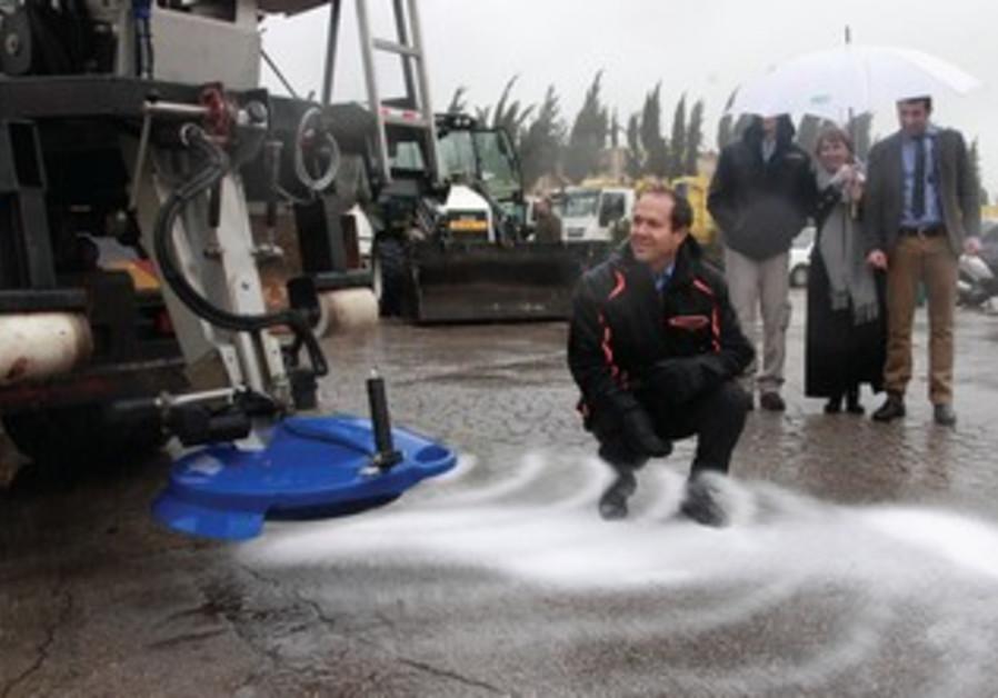 Jerusalem Mayor Nir Barkat inspects salt truck