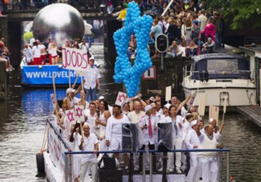 Jewish gay participants cruises canals in Holland.