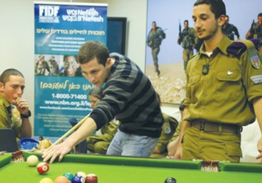 Schalit visits lone soldiers in Jerusalem