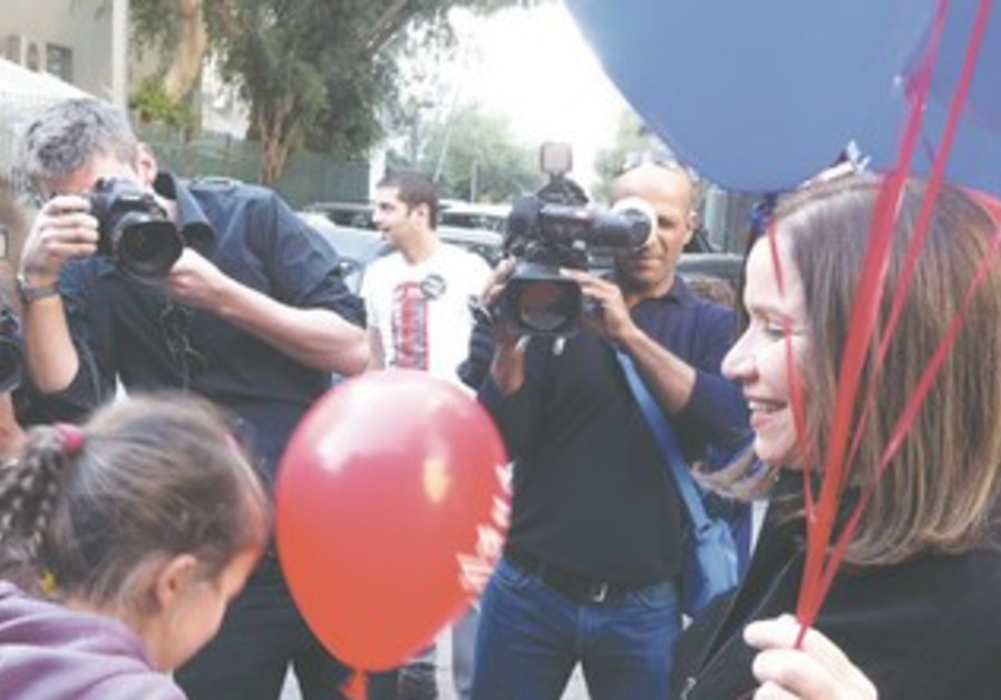 Yacimovich gives out balloons to preschool kids oin TA