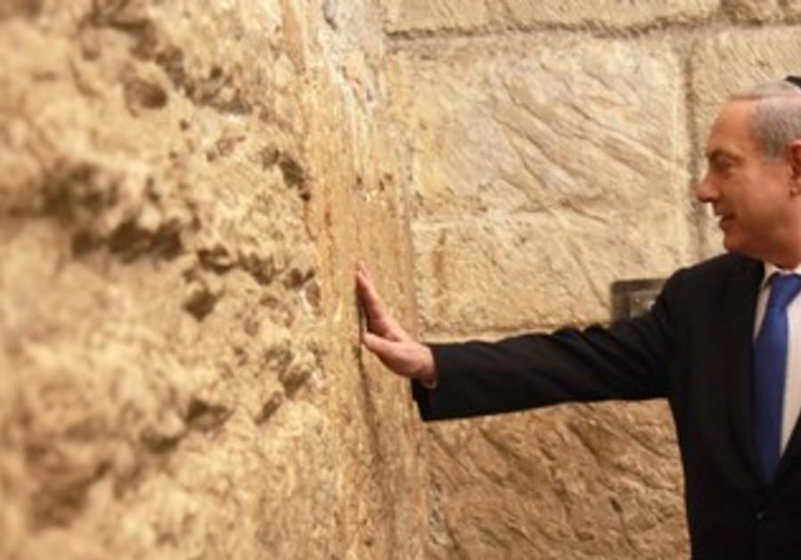 Netanyahu visit Western Wall after voting, Jan. 22, 2013