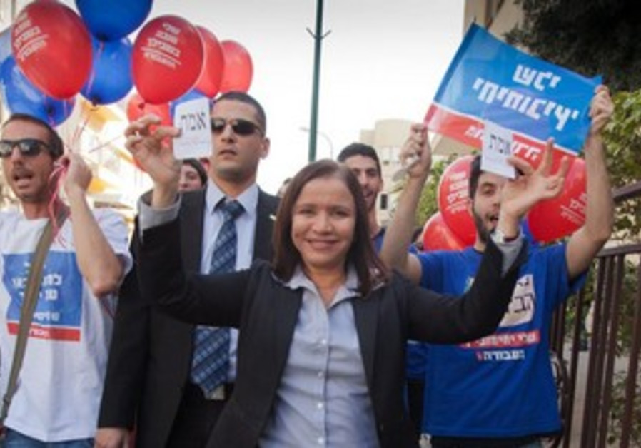 Labor party leader Shelly Yacimovich outside the polls with supporters, January 22, 2013.