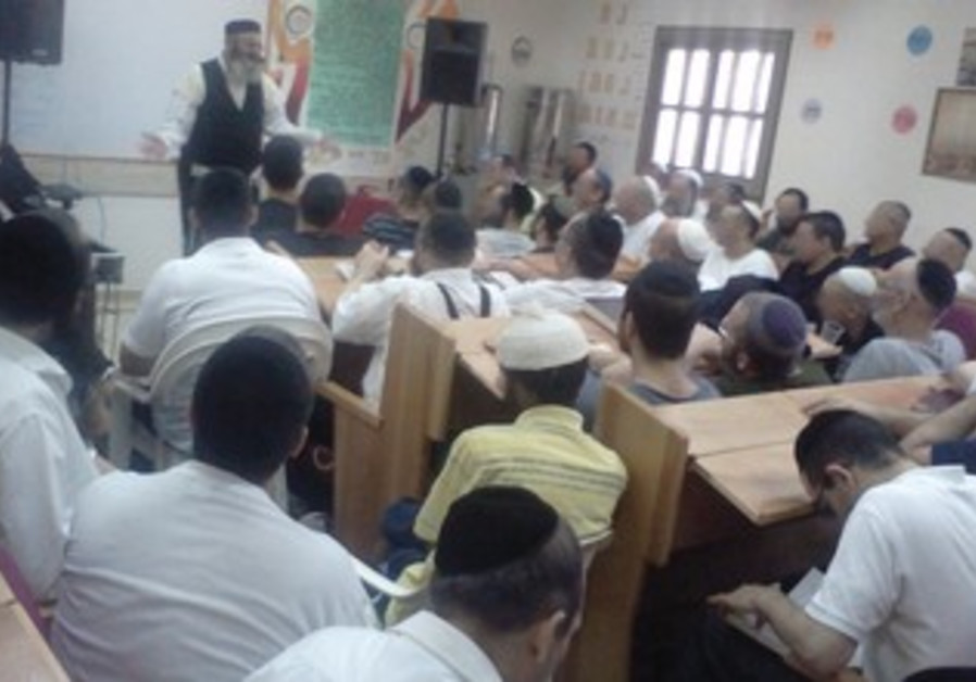 Torah lesson at Rishonim Prison.