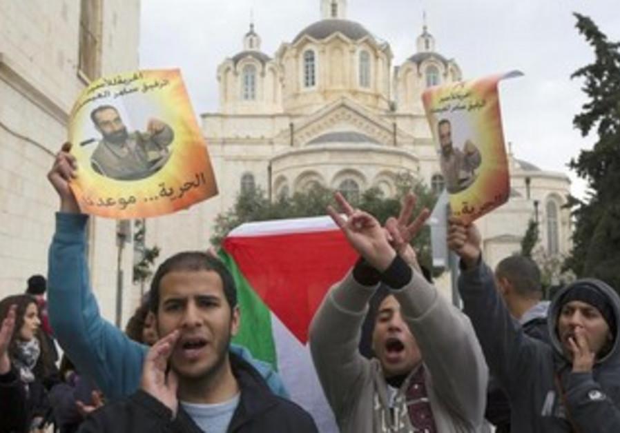 Palestinians protest in support of hunger striker Samer Essawi outside J'lem court, Feb 19