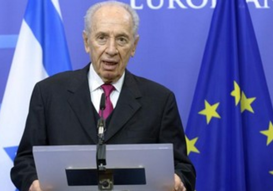 President Shimon Peres talks to EU press conference, March 6, 2013.