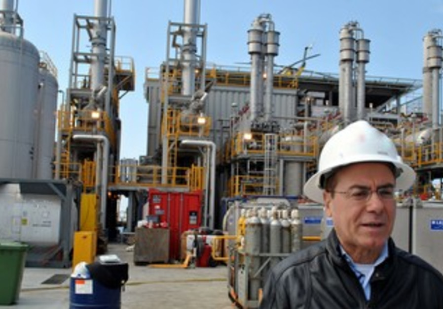 Energy and Water Minister Silvan Shalom at Tamar natural gas rig, March 27, 2013.