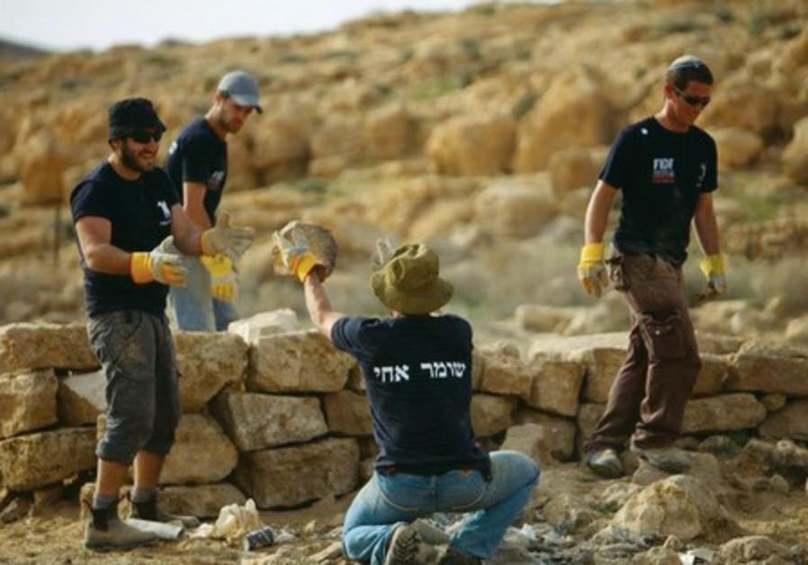 Hashomer Hahadash volunteers at vineyard near Mitzpe Ramon