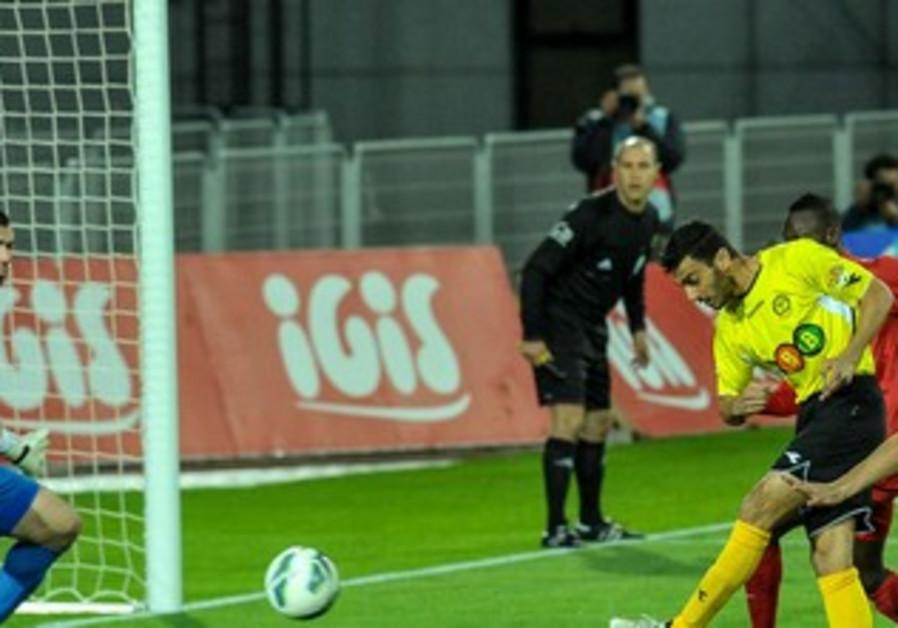 MIDFIELDER YOSSI SHIVHON (center) scored Maccabi Netanya's opener.