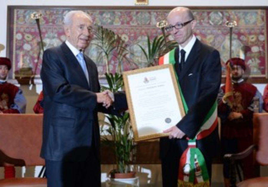 Peres receives award from mayor of Assisi Claudio Ricci