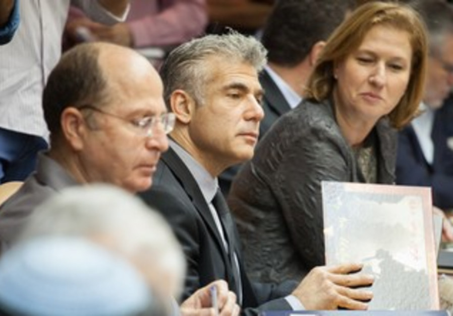 Defense Minister Ya'alon, Finance Minister Lapid, Justice Minister Livni at cabinet meeting, May 13.