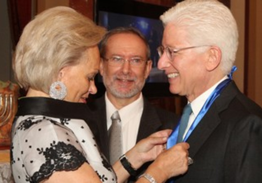 James Snyder receives Guardian of Zion award.