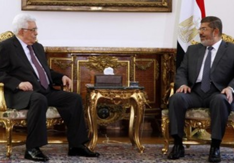 Egypt's President Mohamed Morsi (R) and PA President Mahmoud Abbas  in Cairo May 16, 2013