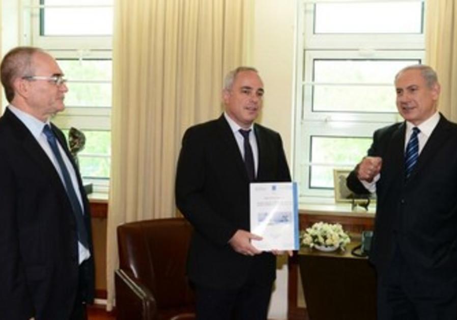 Minister Steinitz presents al-Dura report to Prime Minister Netanyahu, May 19, 2013