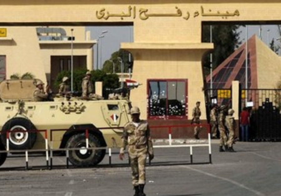 Egyptian Army soldiers guard gates of Sinai Gaza closed border crossing, May 20, 2012.