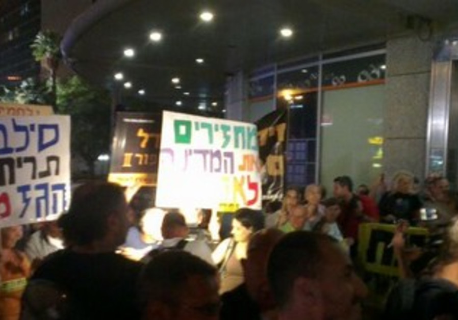 Protesters in Ramat Gan near Minister Shalom's residence protesting gas exports, May 25, 2013