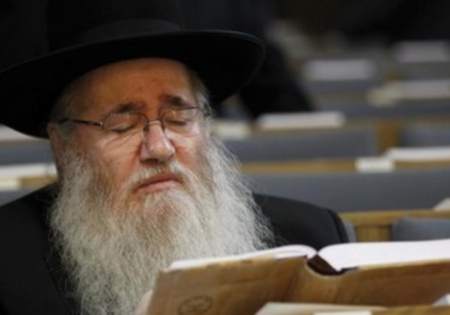 Orthodox Jew praying at the Roonstrasse Synagogue in Cologne [file]