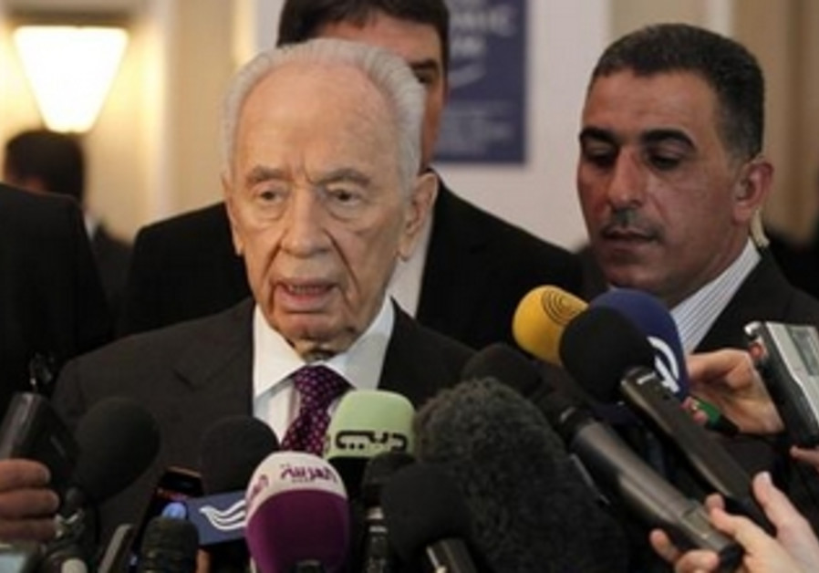 Shimon Peres talks to reporters at the World Economic Forum in Jordan, May 26, 2013.
