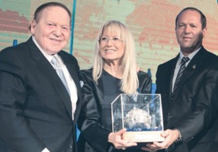 Jerusalem mayor Nir Barkat presents award to Sheldon Adelson and wife Miriam.