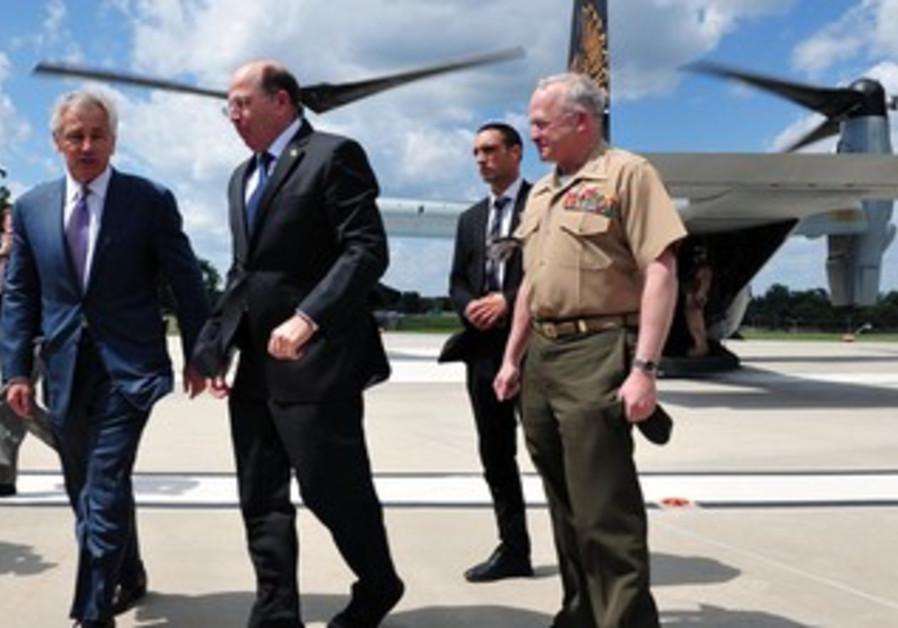 Defense Minister Moshe (Bogie) Ya'alon with US Secretary of Defense Chuck Hagel on Jet V-22, June 15