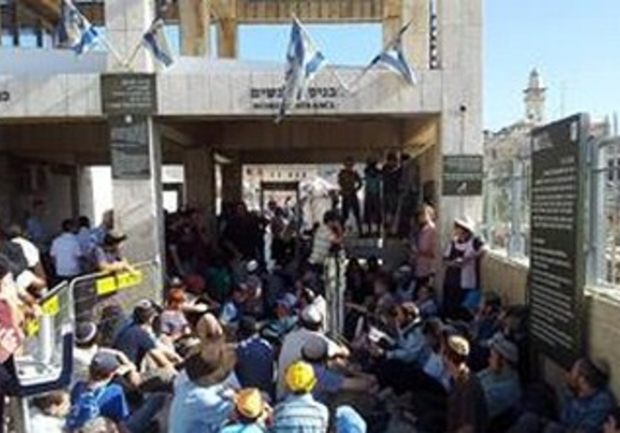 Jews denied entry to Temple Mount on Tisha Be'av by police due to threats of rioting, July 16, 2013.