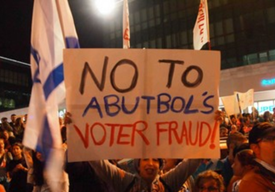 Beit Shemesh residents protest allegations of voter fraud in mayoral election, October 24, 2013