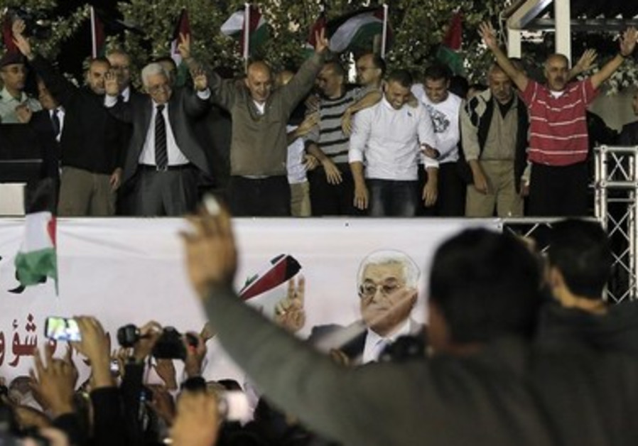 PA President Mahmoud Abbas (C) welcomes Palestinian prisoners released in Ramallah.
