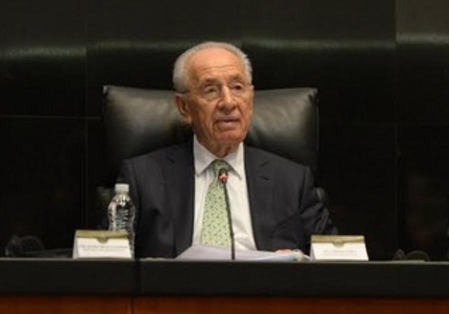 President Shimon Peres giving a speech to the Mexican senate, November 28, 2013.