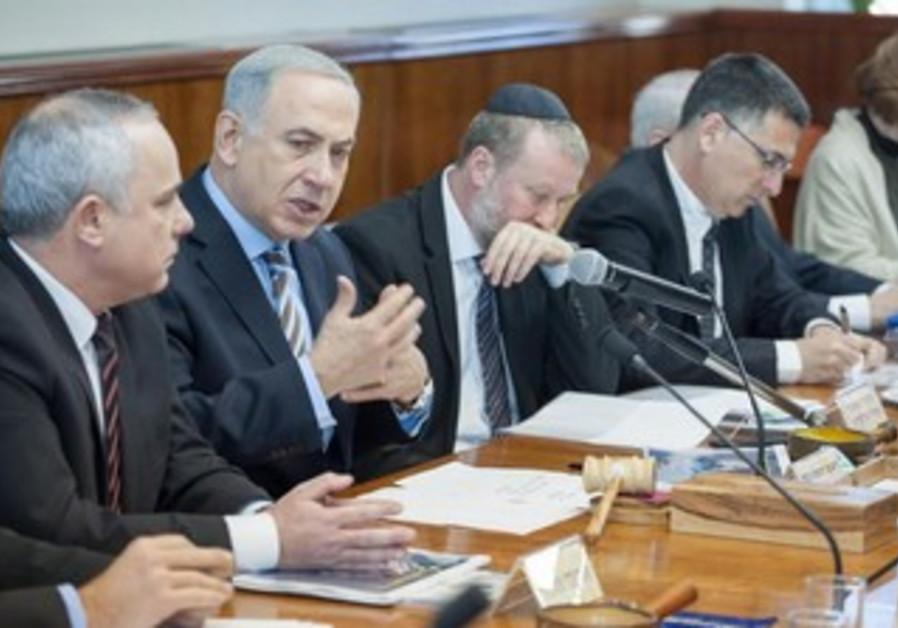 Prime Minister Binyamin Netanyahu at Sunday's cabinet meeting, January 5, 2014.