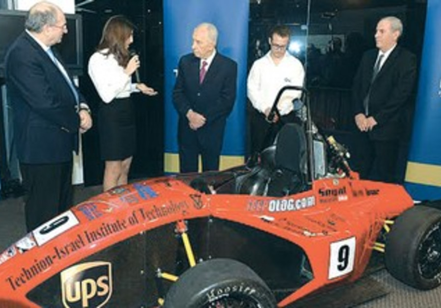 President Shimon Peres examines the race car built by Technion students.