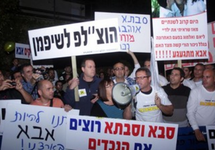 Fathers demonstrate for their rights outside of Justice Minister Tzipi Livni's home.
