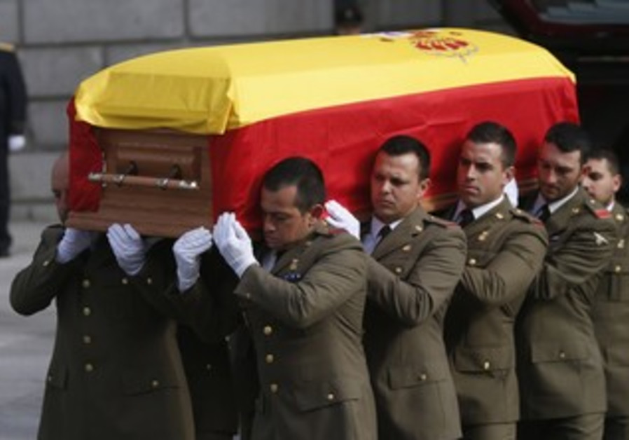 Military pallbearers carry the coffin of Spain's former Prime Minister Adolfo Suarez