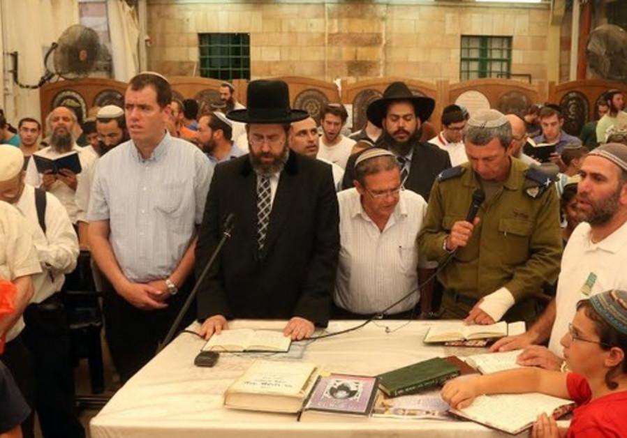 Rabbi Lau leading prayers in Hebron, June 18, 2014.