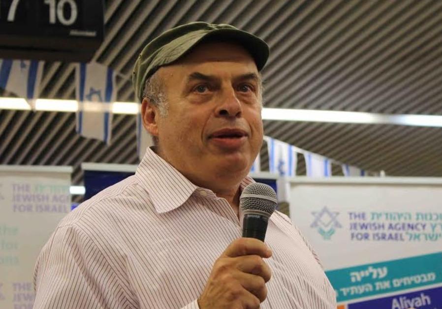 Natan Sharansky greets new immigrants at Ben Gurion airport.