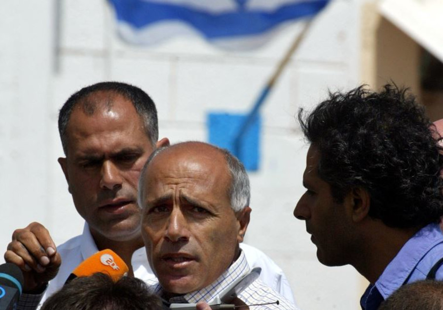 Mordechai Vanunu (C) talks to reporters as he is freed from Shikma jail in Ashkelon