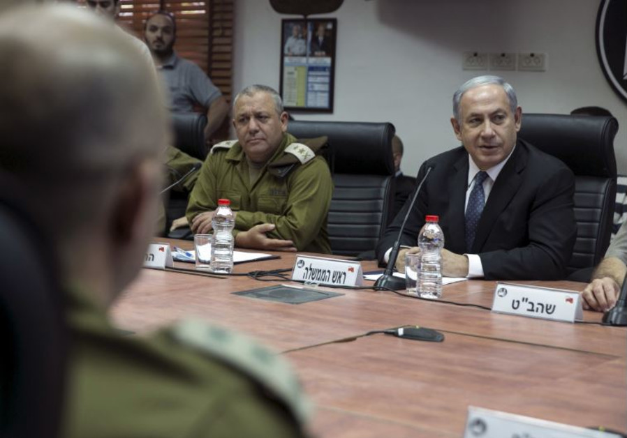 Prime Minister Benjamin Netanyahu (R) and IDF chief of staff Gadi Eisenkot attend a briefing