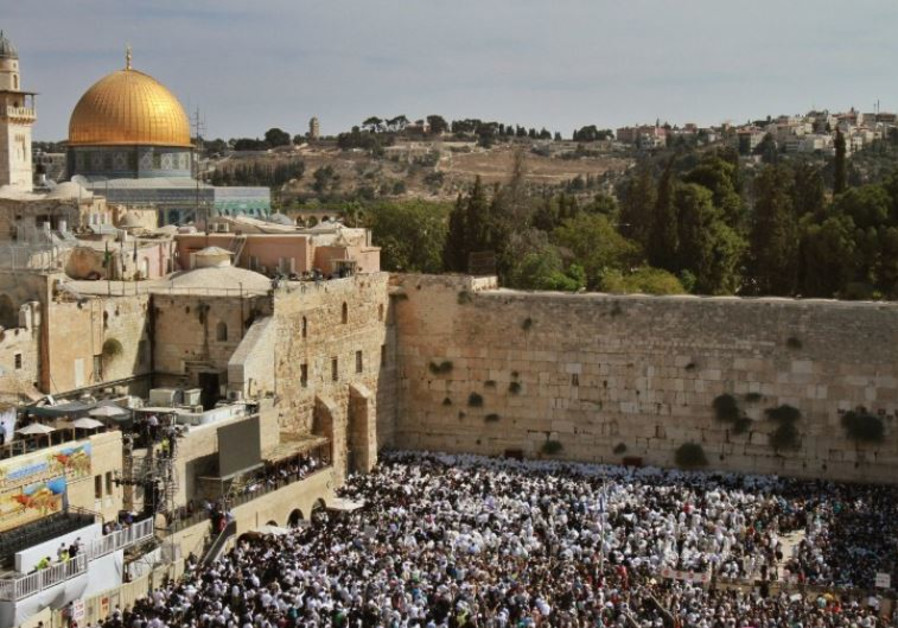 Jews gather to pray at the Western Wall during Succot
