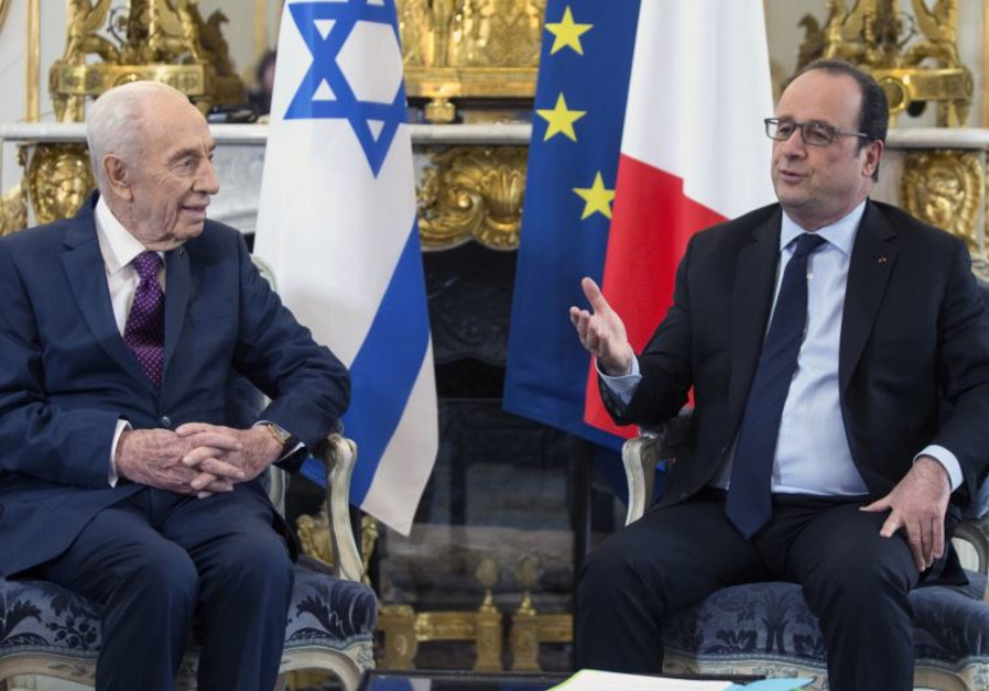 Former Israeli President Shimon Peres (L) discusses with French President Francois Hollande during a