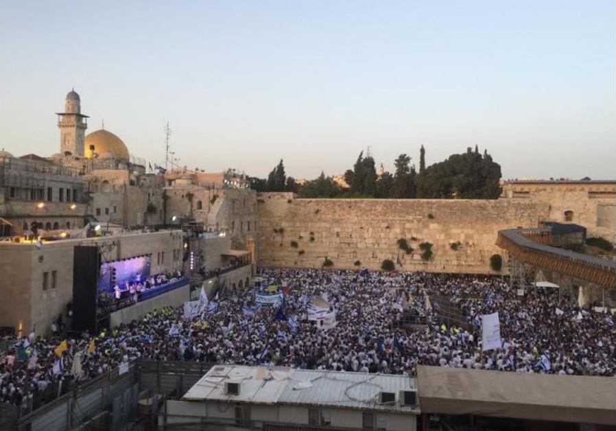 30,000 flock to Old City for Jerusalem Day