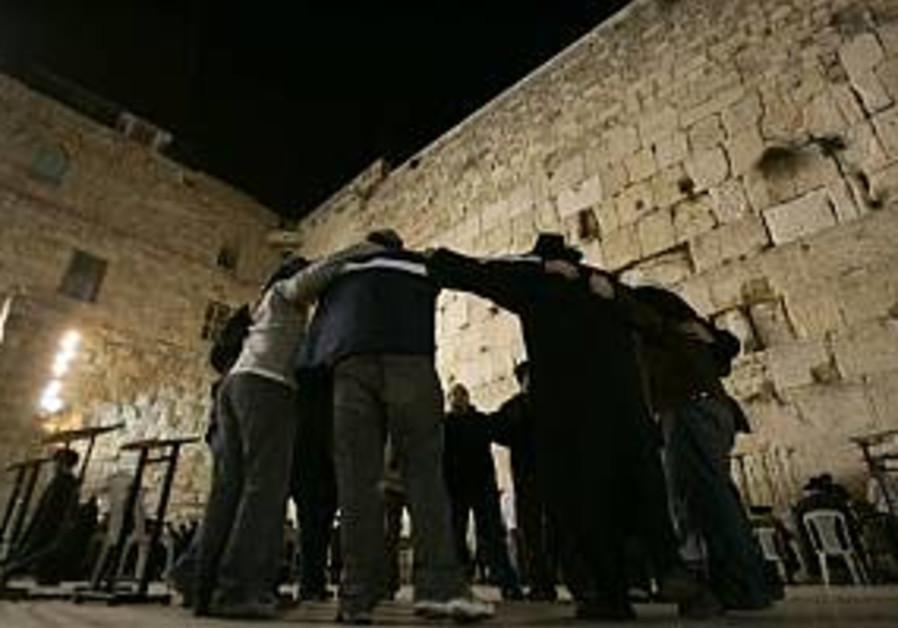 jews huddle at kotel western wall 298
